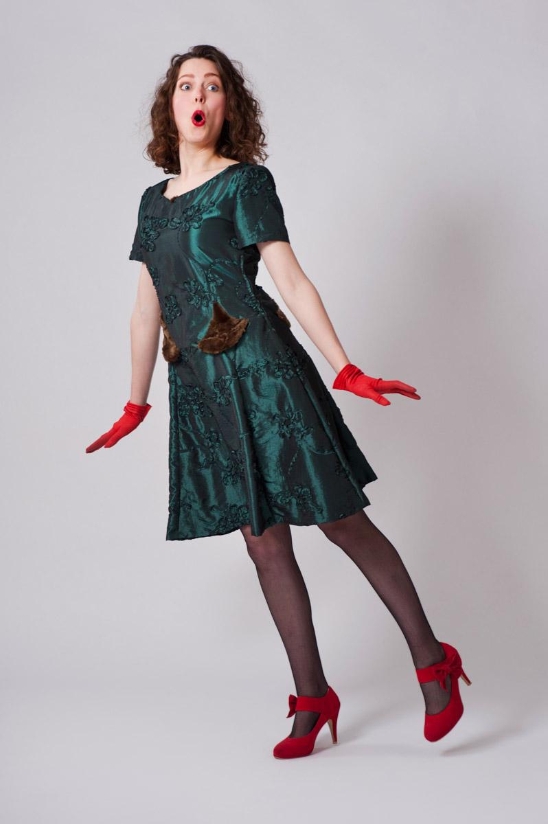 Groene taften jurk met namaakbont inlegstukjes.