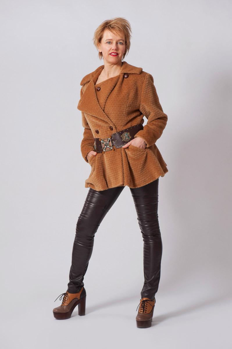 Lichtbruine wollen jas, aangesnoerd met middeleeuwse riem.