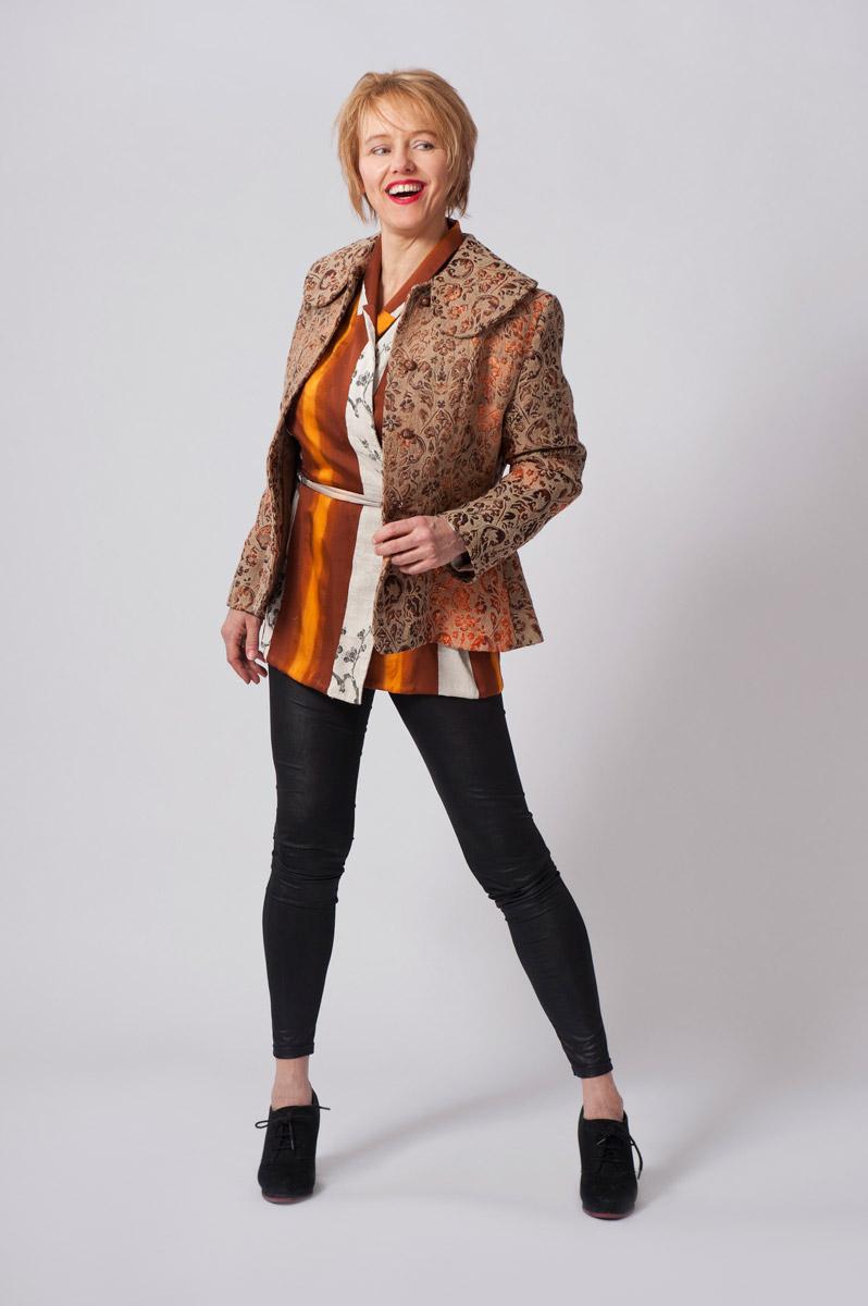 Bruin/oranje gobelin jasje met leder geaccentueerde achterzijde. Zijden kimonoblouse met overslag.